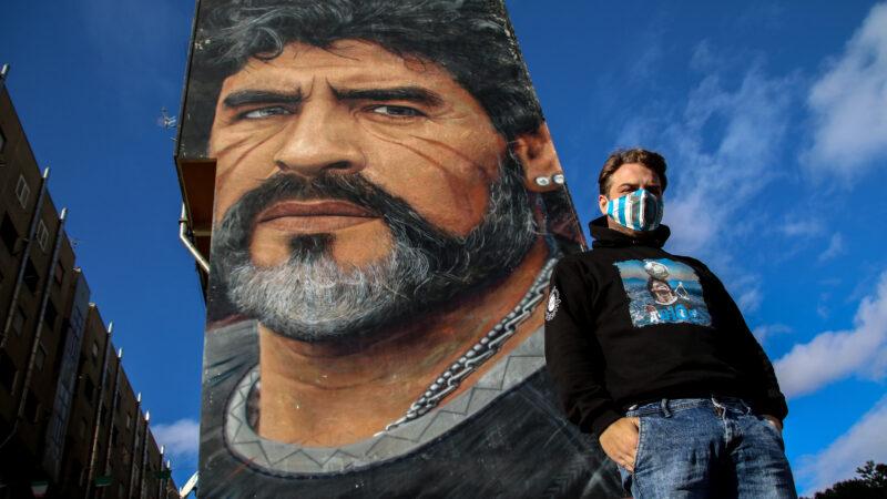 Il cantante partenopeo Mirko Stella omaggia Maradona