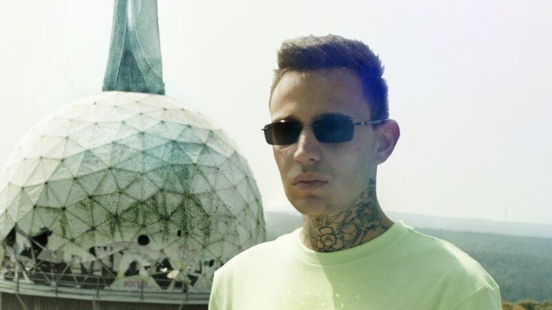 """L'alienazione antisistema di Akes torna con il doppio singolo e video """"Stuntman"""" e """"Smart working"""""""